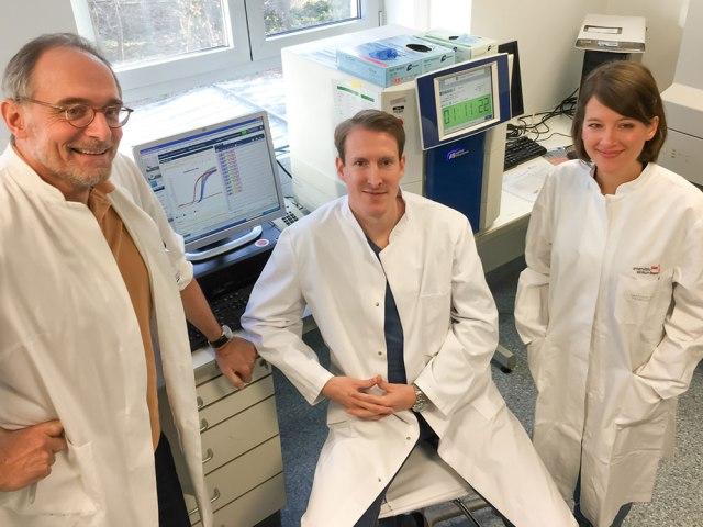 Das Forscherteam Professor Dr. Hubert Schorle (links) und Dr. Daniel Nettersheim (Mitte) untersuchen mit der Doktorandin Sina Jostes (rechts) Veränderungen in der Genexpression nach JQ1-Behandlung von Hodenkrebszellen. © Foto: Simon Schneider/Institut für Pathologie/UKB