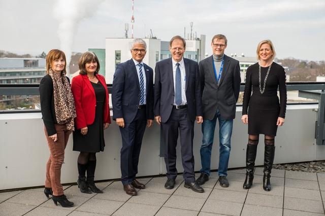 Bei dem Besuch im Universitätsklinikum Bonn (UKB) dabei waren ( v.l.n.r.) Frau Gabi Dünker, Referentin des Ärztlichen Direktors und Vorstandsvorsitzenden, Dr. Inge Heyer, Leiterin des Gesundheitsamtes, Ashok Sridharan, Oberbürgermeister der Bundesstadt Bonn, Prof. Wolfgang Holzgreve, Ärztlicher Direktor und Vorstandsvorsitzender des UKB, Prof. Steffen Engelhart, Leiter der Krankenhaushygiene am UKB und Dr. Tanja Menting, Leitende Betriebsärztin am UKB Foto: R.Müller