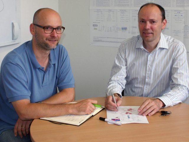 Prof. Dr. Joachim Schultze (rechts) und Dr. Marc Beyer,  LIMES Institut, Genomik & Immunregulation, Universität Bonn und Plattform für Single Cell Genomics und Epigenomics am Deutschen Zentrum für Neurodegenerative Erkrankungen und an der Universität Bonn.  © Foto: S. Hoch/Uni Bonn