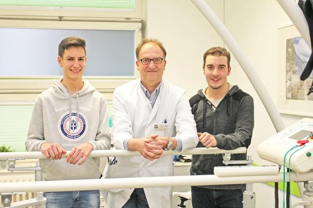 """Erfolgreiche Teilnahme am Adipositas-Schulungsprogramm """"DURCH DICK UND DÜNN"""": Für Theo und Prof. Wölfle zählen gerade die kleinen Erfolge; © Dr. Inka Väth / Uni Bonn"""