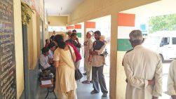 Augen-Screening mit umgerüsteten Smartphones in Indien: Patienten warten auf ihre Registrierung und das anschließende Screening; © privat