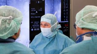 Erfolgreich gegen Aneurysma der Bauchschlagader im hochmodernen Hybrid-OP: Große Sicherheit dank dreidimensionaler Bilder aufgespielt auf große Monitore - Gefäßchirurgin Frauke Verrel (Mi); © Daniel Becker / UKB Bonn.