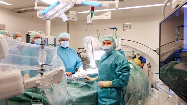 Erfolgreich gegen Aneurysma der Bauchschlagader im hochmodernen Hybrid-OP: Gefäßchirurgin Dr. Frauke Verrel (re) freut sich mit ihren Kollegen dem Radiologen Dr. Karsten Wolter (3. V. li) und dem Gefäßchirurgen Dr. Andreas Block (Mi) über den gelungen Eingriff; © Daniel Becker / UKB Bonn.