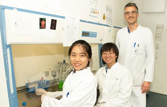 Die Wissenschaftlerinnen und Wissenschaftler der Studie an ihrer Arbeitsstelle.